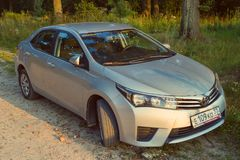 Toyota Corolla in de aard, bos wordt geparkeerd dat royalty-vrije stock afbeelding