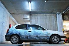 Toyota Corolla 1.4 in een ondergrondse garage wordt geparkeerd die stock foto