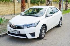 Toyota Corolla ha parcheggiato sulla via della città di Soci, sobborgo immagine stock