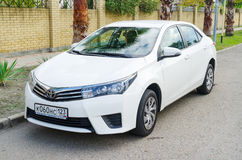 Toyota Corolla op de straat van de Stad van Sotchi, voorstad wordt geparkeerd die stock afbeelding