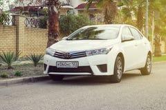 Toyota Corolla op de straat wordt geparkeerd die royalty-vrije stock afbeelding