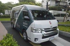 Toyota-de Bestelwagen van streeft Sukhumvit 48 Flatgebouw met koopflats royalty-vrije stock afbeelding