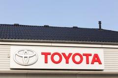 Toyota-embleem op een voorgevel Royalty-vrije Stock Foto's