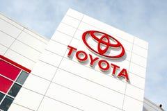 Toyota emblem utanför en bilåterförsäljare Royaltyfri Bild
