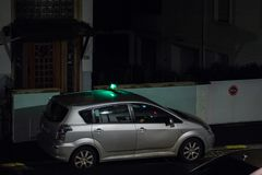 Toyota geparkeerde taxi die op de passagier op de donkere straat wachten Stock Foto's