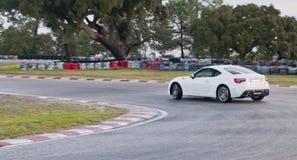 Toyota GT86 que deriva en circuito de carreras Imagen de archivo