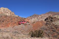 Toyota Landcruiser op Titus Canyon Road Nov 2014 in het Nationale Park van de Doodsvallei, Californië, de V.S. Royalty-vrije Stock Afbeeldingen
