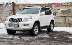 Toyota landkryssare som parkeras i vintergata Fotografering för Bildbyråer
