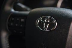 Toyota logo na kierownicie w Nowym Toyota Hilux Revo Rocco Pickup fotografia stock