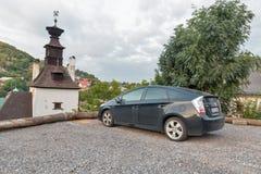 Toyota Prius-auto in Banska Stiavnica, Slowakije wordt geparkeerd dat Royalty-vrije Stock Foto's