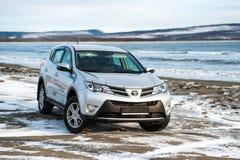 Toyota Rav 4 silberne Farbstände im Winter auf der Küste Lizenzfreie Stockbilder