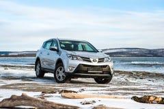 Toyota Rav 4 silverfärgställningar i vinter på kusten Royaltyfria Foton