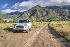 Toyota 4Runner sur la route de passage de Medano Photos stock