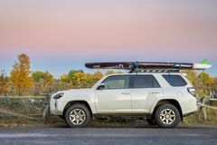 Toyota 4Runner SUV avec tiennent le paddleboard photographie stock