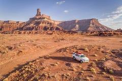 Toyota 4runner SUV com um caiaque no telhado em uma fuga do deserto Fotografia de Stock