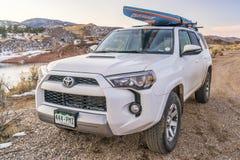 Toyota 4Runner SUV mit paddleboard Stockbild