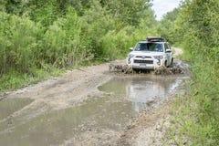 Toyota 4Runner SUV om muddy dirt road Stock Photos