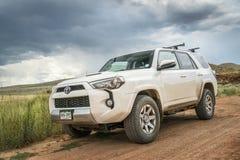 Toyota 4Runner SUV på en grusväg Royaltyfria Bilder