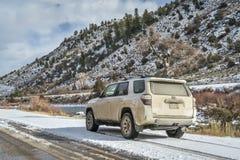 Toyota 4Runner SUV på en grusväg Fotografering för Bildbyråer