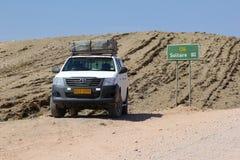 Toyota 4x4 kierunku znaka samochodowa pustynia, Walvis zatoka, Namibia Zdjęcia Royalty Free