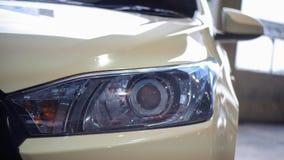 Toyota yaris: head lampa Arkivfoto