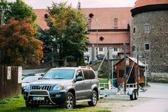 Toyota ziemi krążownika Prado Seria 120 samochód Popielaty Kruszcowy Z przyczepą Parkującą W ulicie Obrazy Stock