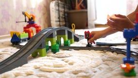 toys för barnspelrum Barn i det modiga rummet som mot efterkrav spelar med objekten för konstruktionsuppsättning från små kuber o lager videofilmer