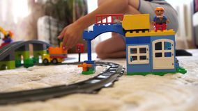 toys för barnspelrum Barn i det modiga rummet som mot efterkrav spelar med objekten för konstruktionsuppsättning från små kuber o stock video