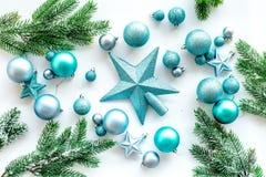 Toys för jultree Blåa stjärnor och bollar nära sörjer filialer på vit copyspace för den bästa sikten för bakgrund Royaltyfri Fotografi