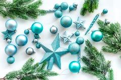 Toys för jultree Blåa stjärnor och bollar nära sörjer filialer på vit copyspace för den bästa sikten för bakgrund Arkivbilder