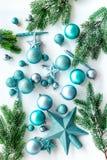 Toys för jultree Blåa stjärnor och bollar nära sörjer filialer på vit copyspace för den bästa sikten för bakgrund Arkivbild