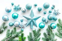 Toys för jultree Blåa stjärnor och bollar nära sörjer filialer på vit copyspace för den bästa sikten för bakgrund Royaltyfria Bilder
