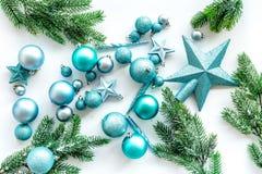 Toys för jultree Blåa stjärnor och bollar nära sörjer filialer på vit copyspace för den bästa sikten för bakgrund Arkivfoton
