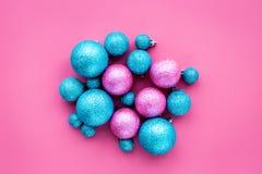 toys för spheres för bakgrundsjul exponeringsglas vita isolerade Blått och rosa färgen klumpa ihop sig på bästa sikt för rosa bak Arkivbild