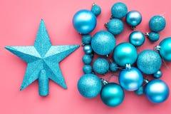 toys för spheres för bakgrundsjul exponeringsglas vita isolerade Blåttbollar och stjärnor på bästa sikt för rosa bakgrund Fotografering för Bildbyråer