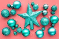 toys för spheres för bakgrundsjul exponeringsglas vita isolerade Blåttbollar och stjärnor på bästa sikt för rosa bakgrund Arkivbilder