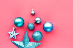 toys för spheres för bakgrundsjul exponeringsglas vita isolerade Blåttbollar och stjärnor på rosa copyspace för bästa sikt för ba Arkivfoton