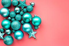 toys för spheres för bakgrundsjul exponeringsglas vita isolerade Blåttbollar och stjärnor på rosa copyspace för bästa sikt för ba Arkivfoto