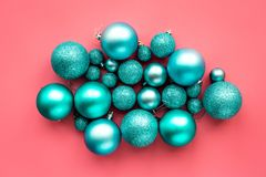 toys för spheres för bakgrundsjul exponeringsglas vita isolerade Blåttbollar på bästa sikt för rosa bakgrund Royaltyfria Foton
