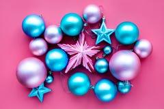 toys för spheres för bakgrundsjul exponeringsglas vita isolerade Rosa färger och blåttbollar och stjärnor på bästa sikt för rosa  Arkivfoton