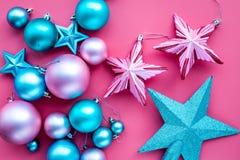 toys för spheres för bakgrundsjul exponeringsglas vita isolerade Rosa färger och blåttbollar och stjärnor på bästa sikt för rosa  Royaltyfria Foton