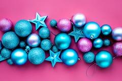 toys för spheres för bakgrundsjul exponeringsglas vita isolerade Rosa färger och blåttbollar och stjärnor på bästa sikt för rosa  Royaltyfria Bilder