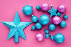toys för spheres för bakgrundsjul exponeringsglas vita isolerade Rosa färger och blåttbollar och stjärnor på bästa sikt för rosa  Fotografering för Bildbyråer