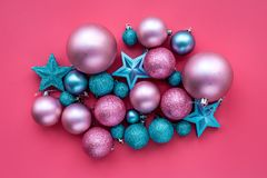 toys för spheres för bakgrundsjul exponeringsglas vita isolerade Rosa färger och blåttbollar och stjärnor på rosa copyspace för b Royaltyfri Bild