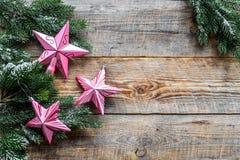 toys för spheres för bakgrundsjul exponeringsglas vita isolerade Rosa stjärnor nära sörjer filialer på träcopyspace för bästa sik Fotografering för Bildbyråer