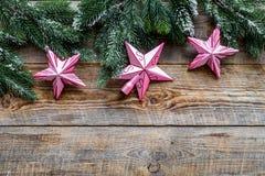 toys för spheres för bakgrundsjul exponeringsglas vita isolerade Rosa stjärnor nära sörjer filialer på träcopyspace för bästa sik Arkivfoton