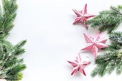 toys för spheres för bakgrundsjul exponeringsglas vita isolerade Rosa stjärnor nära sörjer filialer på vit copyspace för den bäst Arkivbilder