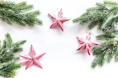 toys för spheres för bakgrundsjul exponeringsglas vita isolerade Rosa stjärnor nära sörjer filialer på vit copyspace för den bäst Royaltyfria Bilder