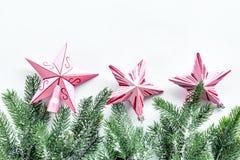 toys för spheres för bakgrundsjul exponeringsglas vita isolerade Rosa stjärnor nära sörjer filialer på vit copyspace för den bäst Royaltyfria Foton