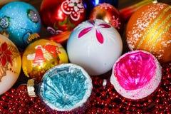 toys för spheres för bakgrundsjul exponeringsglas vita isolerade Arkivbilder